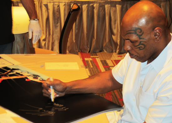 Mike Tyson signs UDA photo
