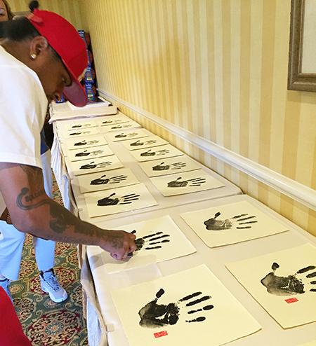 uda-allen-iverson-signing-session-tegata-handprint-stamping